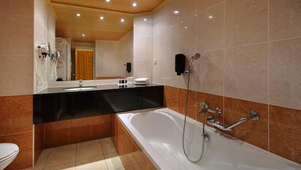 Luxe Badkamer Hotel : Luxe kamer met balkon van der valk hotel barcarola