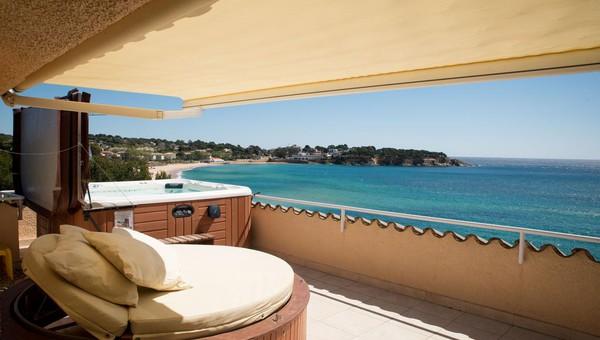 ducha con sauna sauna terraza con jacuzzi y vistas al mar